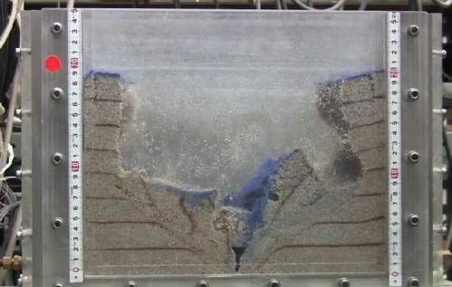 지반 함몰 메커니즘 연구를 위해 구와노 교수가 개발한 실험 장치. 수조에 흙을 채워 지하수 및 흙이 아래로 빠져나갈 때의 변화를 관찰했다. - 도쿄대 구와노 레이코 교수 제공